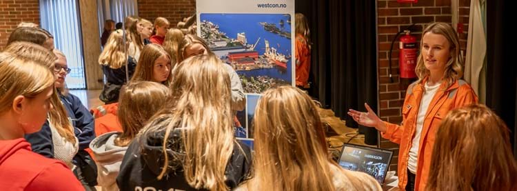 Marie Stensvoll from Westcon Yards Florø promoting her job as Project Engineer for the 9th grade girls. Photo: Roger Anzjøn, Frequency.