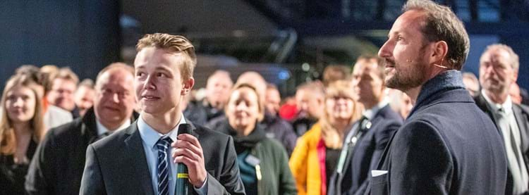 Photo: From the opening of the flight simulator at Reodorklubben in Førde. The Crown Prince of Norway Haakon Magnus with Victor Urnes (17), Electrician Apprentice in Hellenes and Project Manager in his spare time). Photo by Ole Johnny Devik.